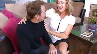 Big butt cougar Brandi Exalt gets fucked acquiescent in the living-room