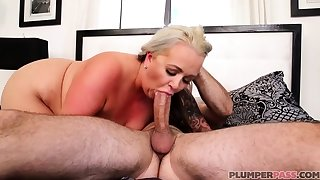 Australian BBW regarding big boobs gives blowjob
